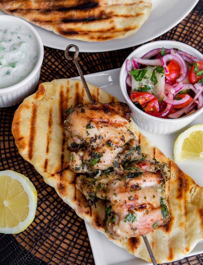 Griekse kippendij spiezen met flatbread, salade en tzatziki