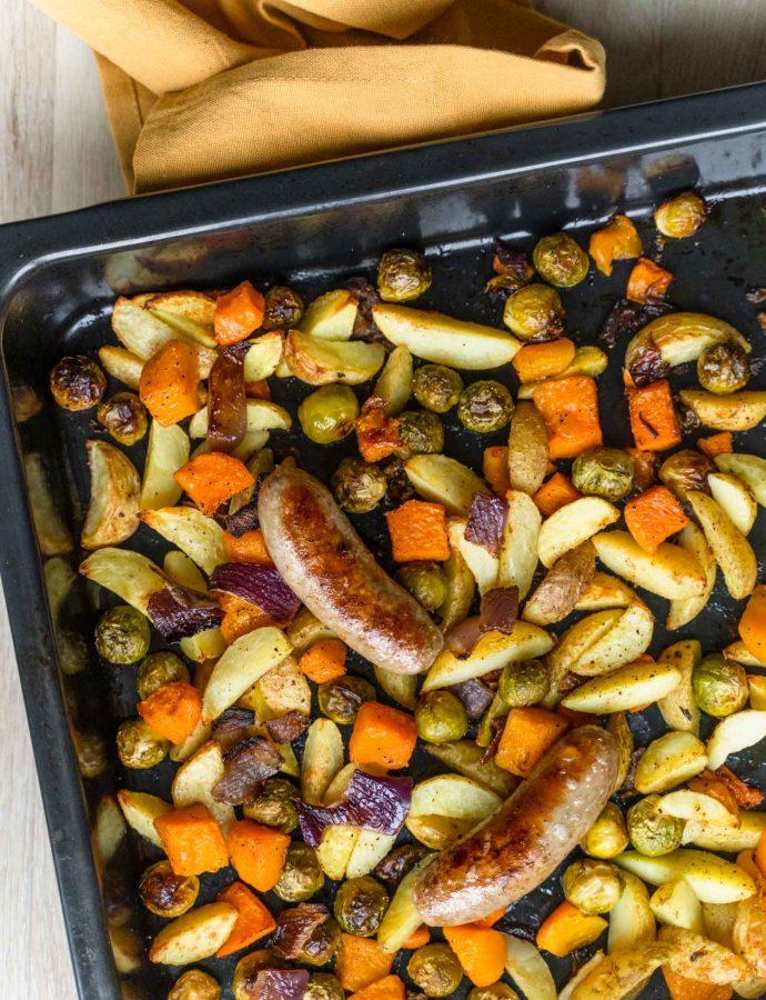 Snelle traybake met ovengroenten en worstjes