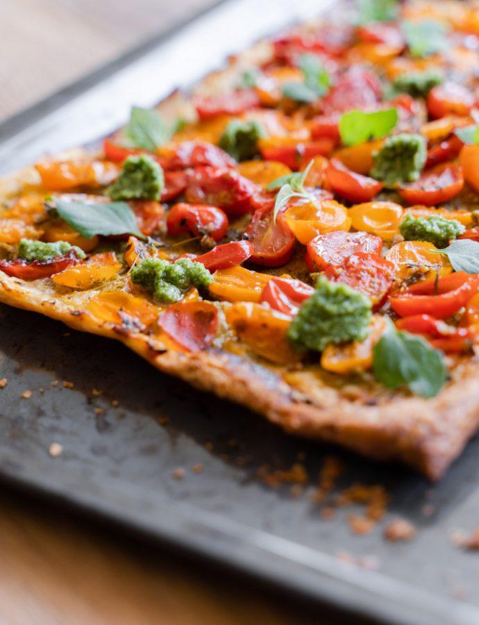 Plaattaart met tomaten en zelfgemaakte pesto